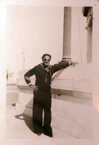 Néstor Milí en el monumento del Maine