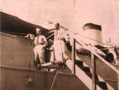 """Néstor Milí (Derecha) en la fragata """"El Patria"""""""