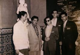 Néstor Milí (en el centro) junto a Julio Blanco, Ernesto Gil y otros astistas