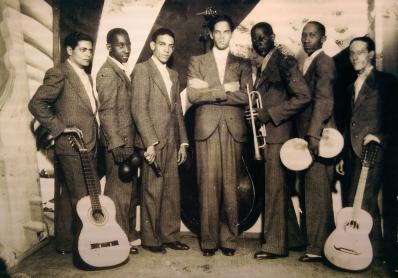 Nestor Mili (a la izquierna) junto a los miembros del septeto jóvenes del cayo. Década del 30 del siglo XX