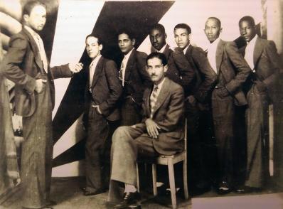 Néstor Milí (desde la izquierda el tercero de pie) junto a los miembros del septeto jóvenes del cayo